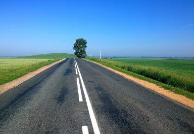 Marcaje rutiere finalizate pe mai multe drumuri din judeţ