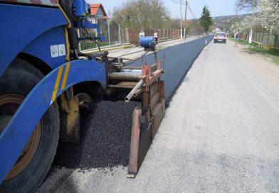 Trei dintre sectoarele drumului judeţean 103G sunt vizate de lucrări de asfaltare