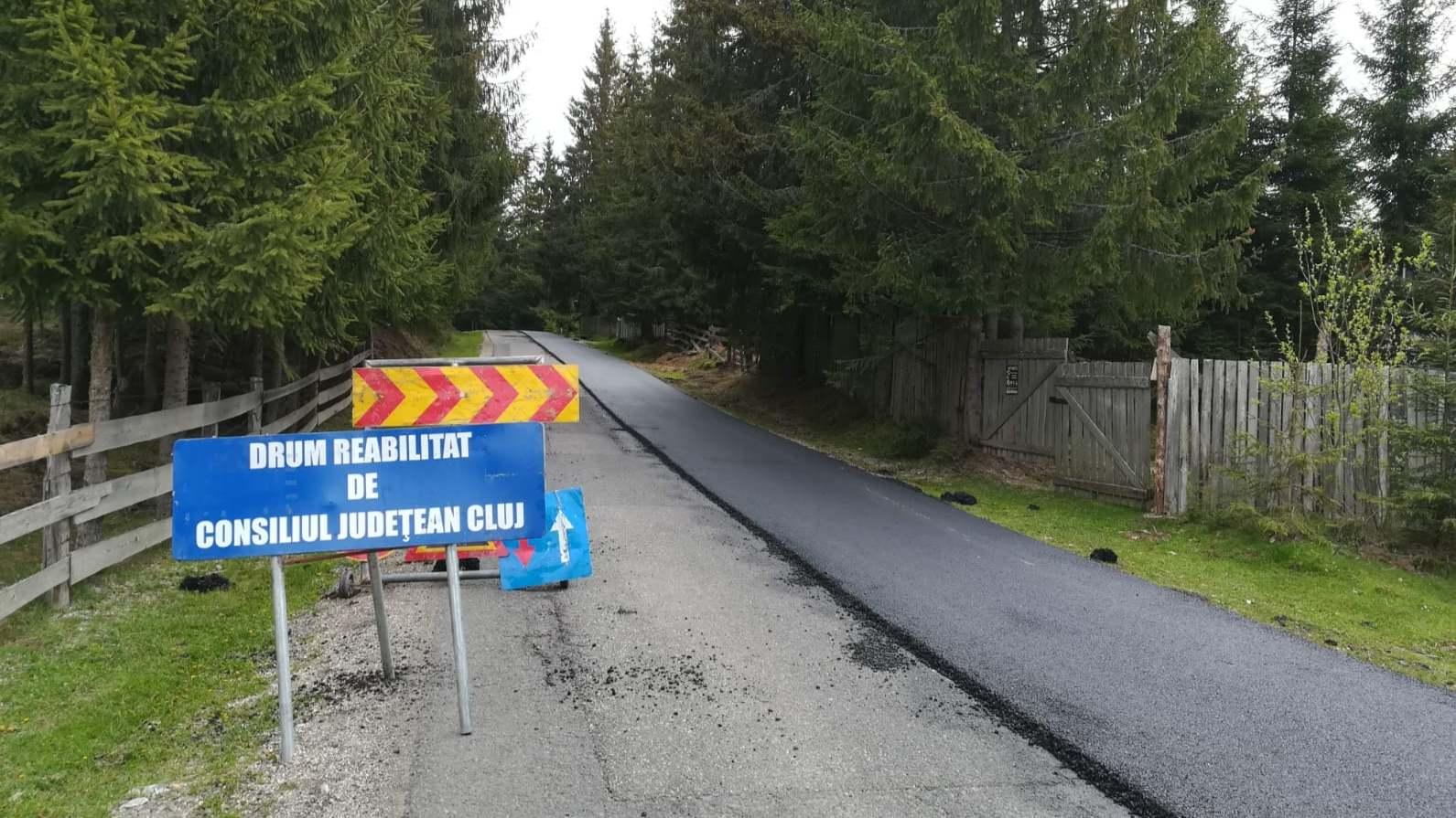 Pe drumul județean 107P Mărișel – DN 1R au demarat lucrări de întreținere