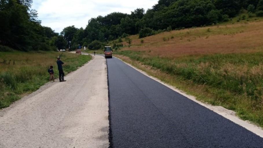 Lucrări de asfaltare au loc pe drumul județean 161 – limită cu județul Sălaj