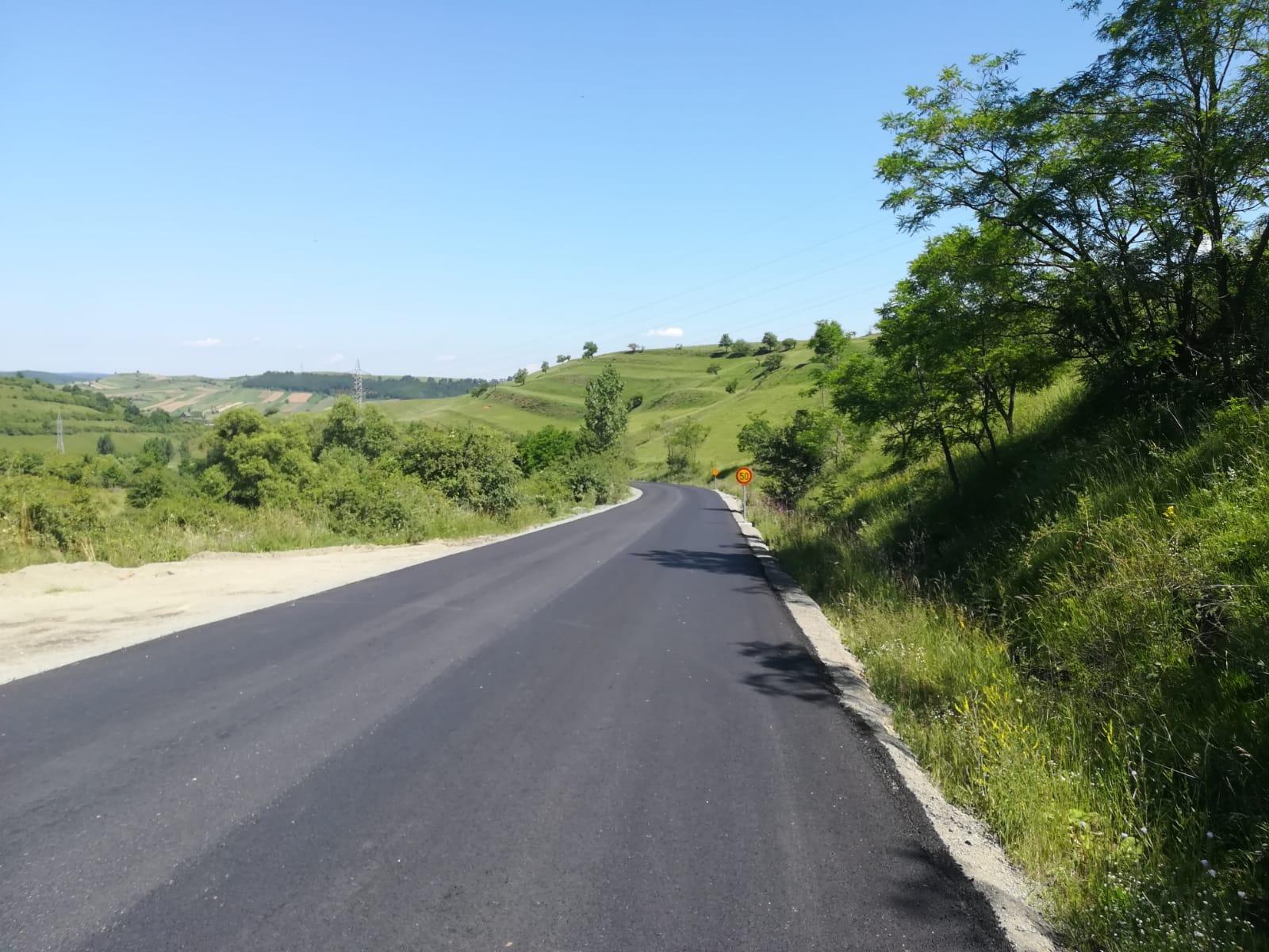 Pe DJ 107M au fost finalizate lucrările de asfaltare pe sectoare
